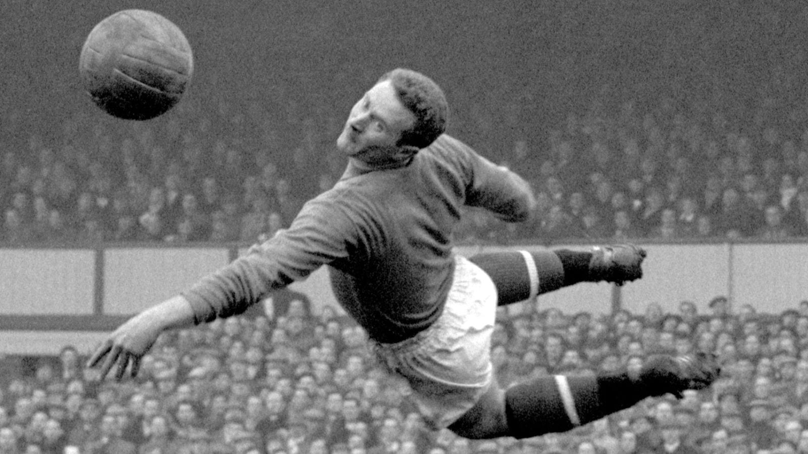 Harry Gregg: Former Manchester United goalkeeper dies aged 87 | Football News | Sky Sports